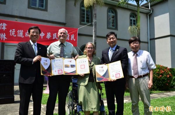 內政部次長陳宗彥(右2)頒發亞大偉、莫霞琳夫婦身分證,副市長張政源(左1)到場觀禮見證。(記者洪瑞琴攝)