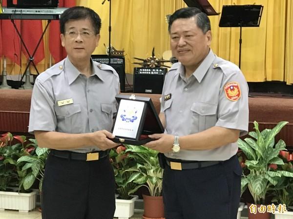 歡送即將退休的高雄市警察局長何明洲,副局長陳書田代表同仁致贈紀念品。(記者黃良傑攝)