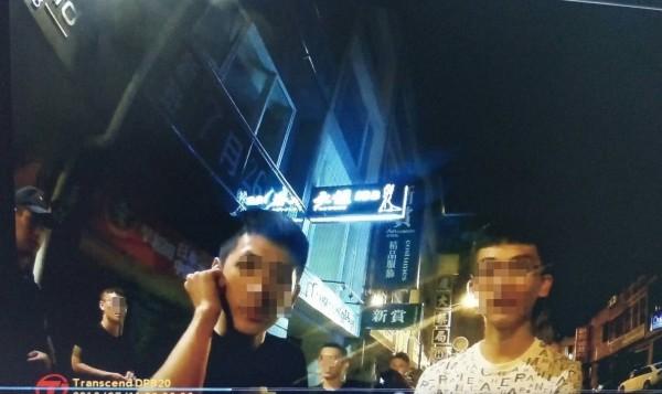 袁姓男子(左)及友人警告警員,車子上鎖,不能違法搜索。(記者王捷翻攝)