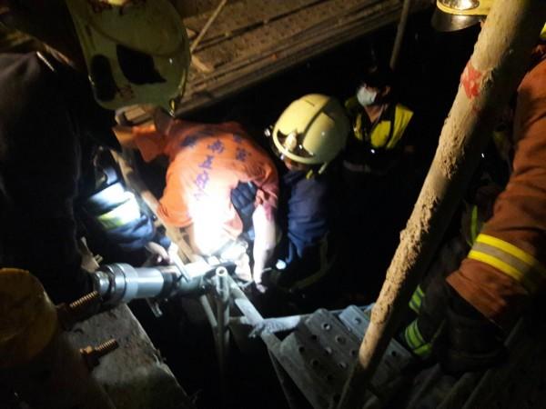 詹姓工人失足摔落電梯井,腰部當場被鋼筋刺穿,大批消防人員到場搶救。(記者曾健銘翻攝)