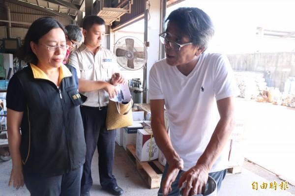 宜蘭縣政府消保官王雅琳(左)今至瓦斯鋼瓶驗瓶場調查。(記者林敬倫攝)