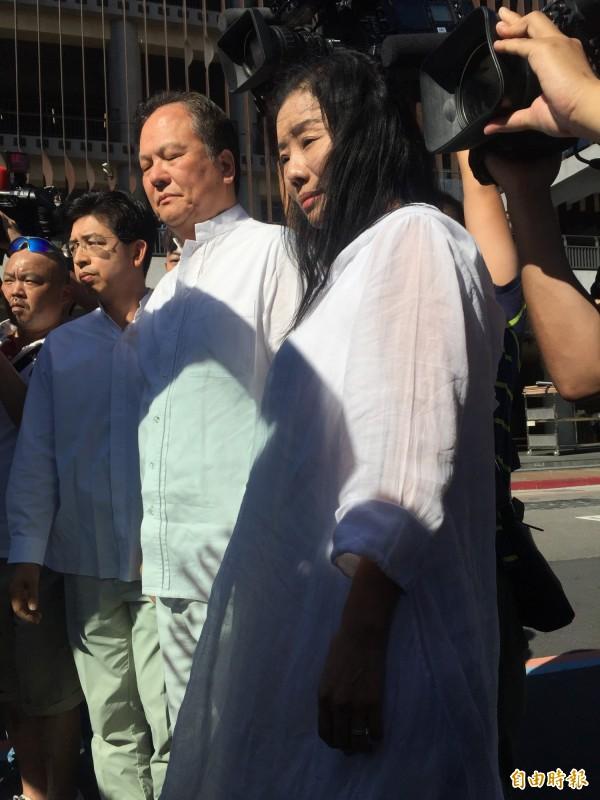 心靈海集團創辦人游明裕、王婷瑩夫婦,身著自家設計的「蓋婭天衣」參加張姓工人的安息禮拜。(記者陳恩惠攝)