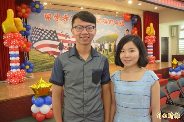 首屆花蓮赴美公費生謝秉霖(左)向今年即將赴美的公費生徐暄雅打氣,分享學習心得。(記者王峻祺攝)