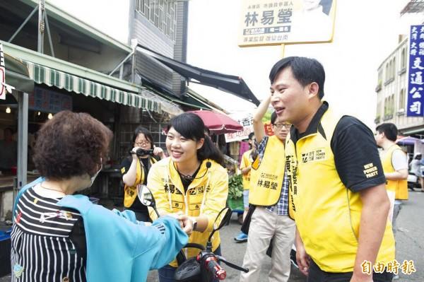 時代力量黨主席、立法委員黃國昌(右)今抽空南下,陪同永康區市議員參選人林易瑩(中)掃街。(記者萬于甄攝)