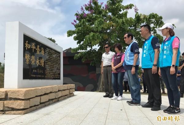 前總統馬英九(右三)由立委楊鎮浯(右二)、金門縣議長洪麗萍(右四)等人陪同,在金門「和平紀念碑」前駐足。(記者吳正庭攝)
