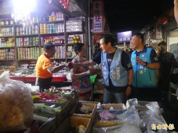 馬英九(右二)陪同縣長參選人楊鎮浯(右一)前往金門傳統市場拜票,爭取支持。(記者吳正庭攝)
