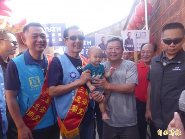馬英九(左前二)陪同縣長參選人楊鎮浯(右一)在金門拜票,所到之處仍有不少鄉親帶著小小朋友要與「馬爺爺」合照。(記者吳正庭攝)