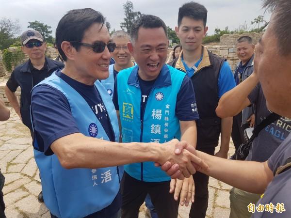 馬英九(左一)經立委楊鎮浯(中)側面協助,了解媒體善意的採訪需求後,主動表達「不好意思」,與媒體握手致意。(記者吳正庭攝)