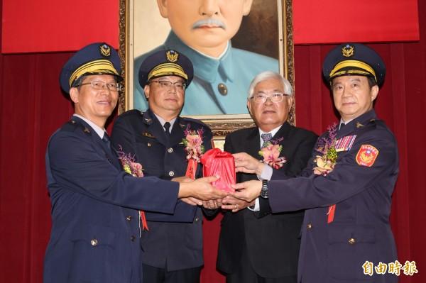 警政署交通組組長黃勢清(右1)調任雲林縣警察局局長。(記者詹士弘攝)