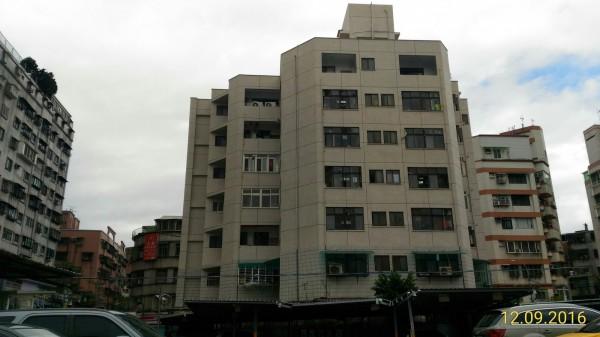 已完成拉皮的永和永利段建物。(圖由新北市都市更新處提供)