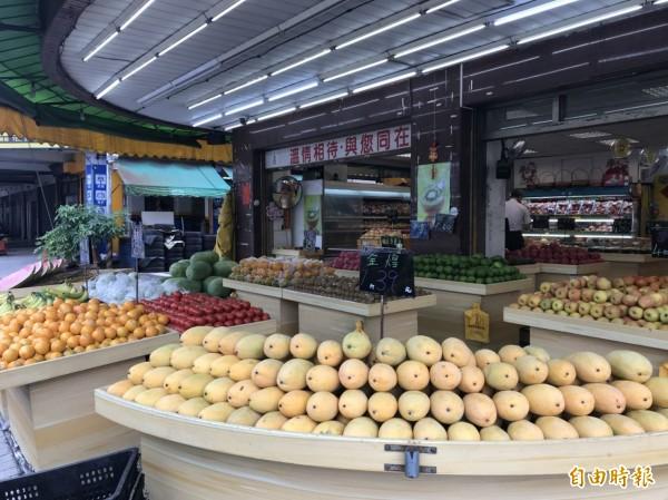 水果價跌,民眾可能多食用,台南市立安南醫院醫師提醒糖尿病友須慎選水果及限量食用。(記者王俊忠攝)