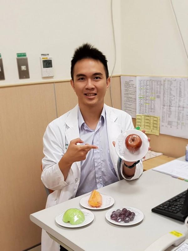 台南市立安南醫院醫師陳擇穎提醒糖尿病友儘量食用如蘋果的低升糖指數水果,且要限量。(圖:安南醫院提供)