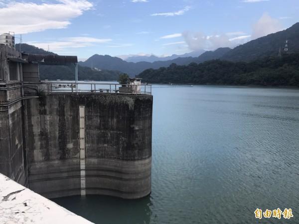石門水庫重返高水位,園區湖光山色再現。(記者李容萍攝)