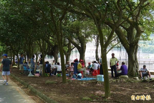 石門水庫重返高水位,入園遊客跟著增加。(記者李容萍攝)
