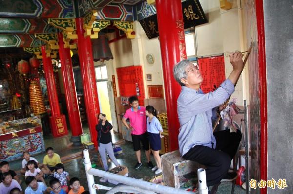 彩繪名家蔡龍進為門神「開面」,展現「四方眼」畫技。(記者林宜樟攝)