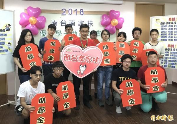 南台南家扶中心有12名家扶學子考上第一、二志願,讓家扶志工也感到與有榮焉。(記者蔡文居攝)
