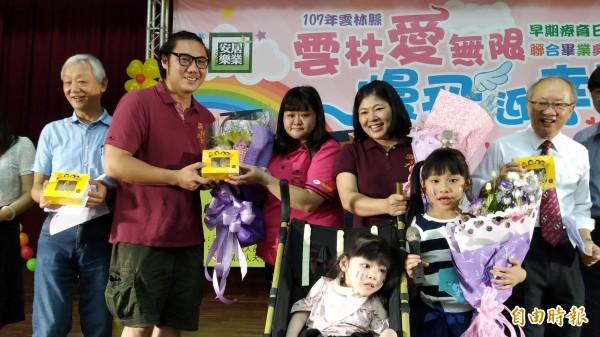 董爸爸(左二)連夜趕製自家手工麻糬贈送給老師與來賓,表達滿滿的謝意。(記者廖淑玲攝)