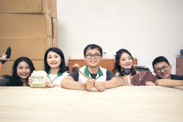 陳信諭(中)與李雨蓁(左二)召集夥伴自行打造聯合競選服務處(基進黨提供)