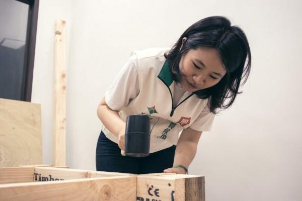 成大工業設計畢業的李雨蓁發揮設計專長,與夥伴合力打造競選服務處(基進黨提供)