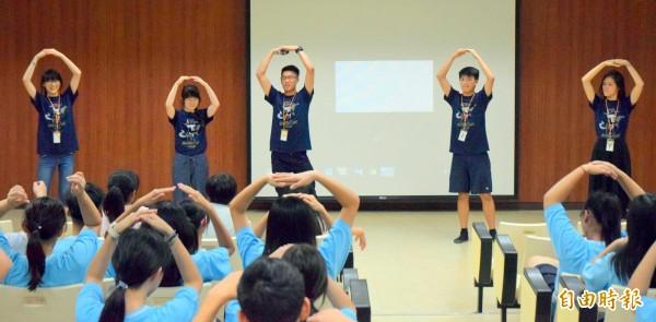南投縣國立南投高中舉辦品格英文營,在華裔大學生透過遊戲方式學習英文情形。(記者謝介裕攝)