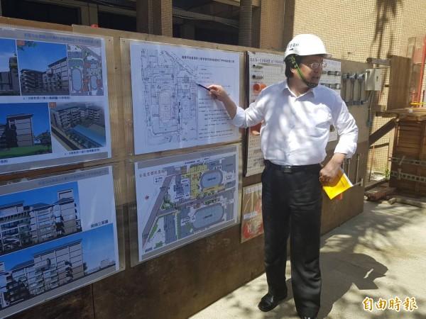 信義國小校舍新建與地下停車場工程進度超前,市長林右昌今天前往視察,認為可以參加公共工程委員會的工程品質獎。(記者俞肇福攝)