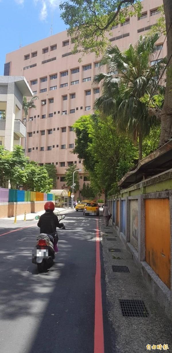 信義國小與仁愛國小兩校中間的仁二路巷子狹窄,將藉著信義國小改建予以拓寬。(記者俞肇福攝)