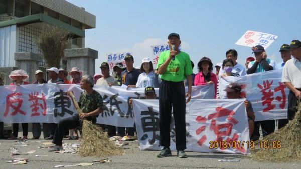 芳苑鄉反污染自救會總幹事林連宗(前排持麥克風者)說,東泰是污染累犯,要求縣府不能發放許可證。(彰化環保聯盟提供)
