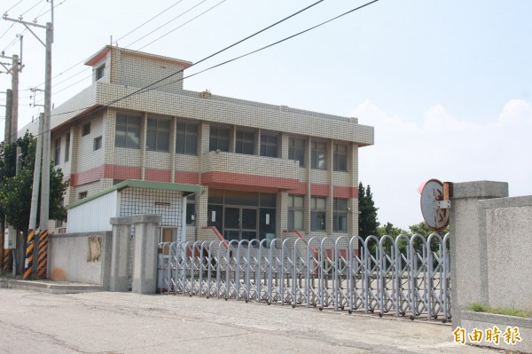 東泰紙廠大門深鎖,無人出面回應抗爭行動。(記者陳冠備攝)