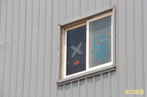 東泰紙廠窗戶被人塗鴉骷髏頭。(記者陳冠備攝)