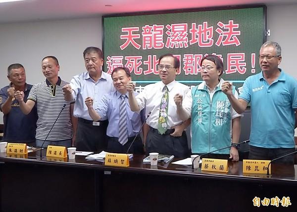 蘇煥智(右三)與地方人士在南市議會召開記者會,質疑濕地法限制傳統捕撈,質疑是判地方死刑。(記者蔡文居攝)