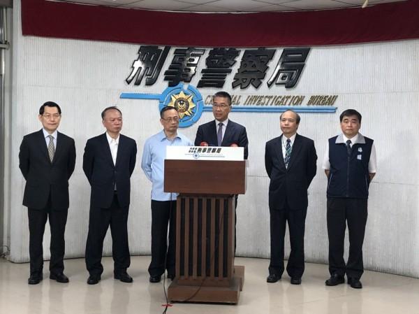 內政部長徐國勇在警政署署長陳家欽等陪同下,參與刑事局破獲504把空氣槍記者會。(記者邱俊福翻攝)