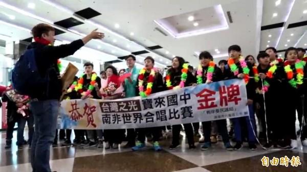寶來國中天籟合唱團團長陳俊志(左)帶領合唱。(記者黃旭磊攝)