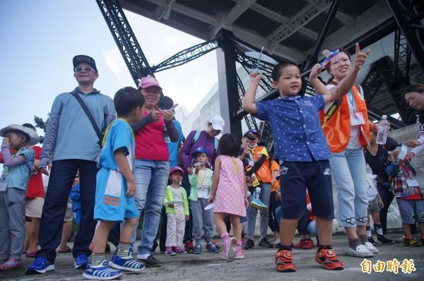 伊甸基金會為8名畢業生舉辦了特別的「夢想騎蹟」畢業典禮,在大鵬灣大飛機下方組裝飛機模型擲飛,讓「慢飛天使畢業起飛」!(記者陳彥廷攝)