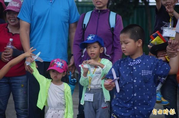 孩子們擲出飛機。(記者陳彥廷攝)