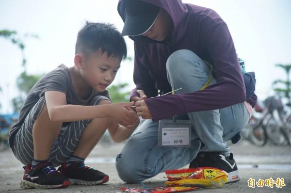 親子一起組裝飛機模型。(記者陳彥廷攝)