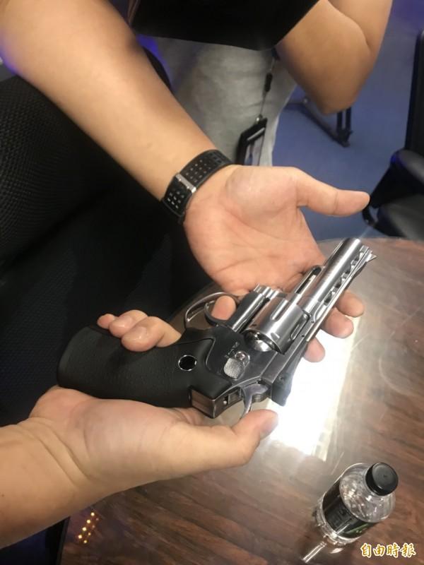 陳書紘拿出此次被查扣的玩具槍。(記者王宣晴攝)