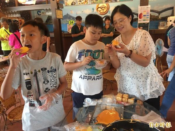 木虌果夾心餅乾製作,大人小孩都開心。(記者張存薇攝)