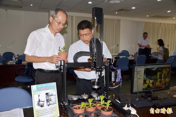 小型灌溉天車可監測作物生理,相當智慧。(記者吳俊鋒攝)