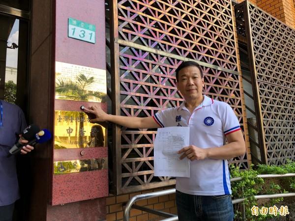 台北市議員鍾小平今早向北檢告發教育部長葉俊榮,並爆料前總統馬英九有意參選2020年總統,消息來自國民黨「高層」。(記者錢利忠攝)