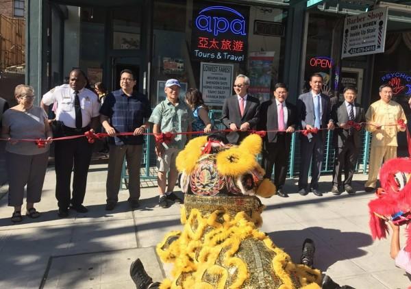 彰化市長邱建富(右四)參加在美國西雅圖舉行的遊行活動前欣賞舞獅。(記者湯世名翻攝)