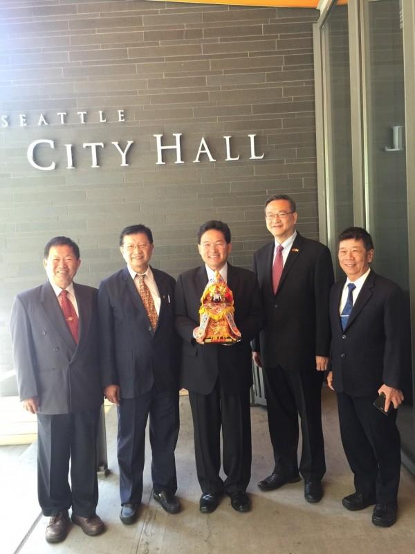 2年前南瑤宮媽祖分靈至美國西雅圖時,彰化市長邱建富曾恭迎媽祖神像赴西雅圖市政府拜會。(彰化市公所提供)