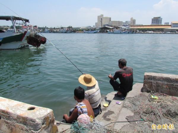民眾違法在梧棲漁港垂釣,時有所見,九月起將取締開罰!(記者歐素美攝)