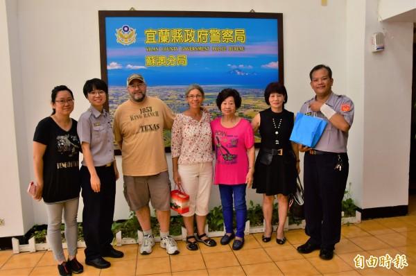 台裔美籍的Donna女士(中)今天在先生Lincoln(左三)、阿姨簡美華(右二)、藍何阿葉(右三),到蘇澳警分局致謝。(記者張議晨攝)