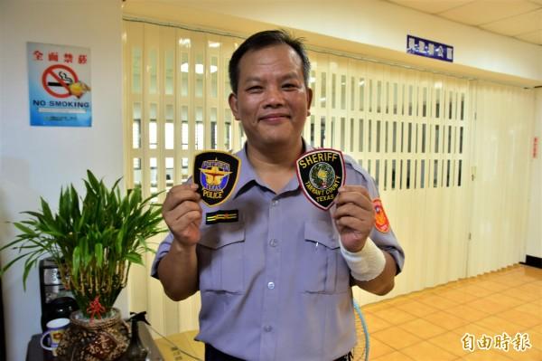 台裔美籍的Donna女士,今在阿姨等人陪同下,到蘇澳警分局向協助尋親的警方致謝,Donna先生還致贈美國德州州警、郡警臂章,為兩地情誼寫下見證。(記者張議晨攝)