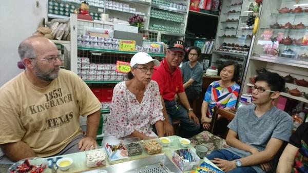 蘇澳警分局靠著一封50年前的泛黃信件,成功協助台裔美籍的Donna女士找到台灣親人,今Donna也到母親的故鄉蘇澳尋親。(Donna親人提供)