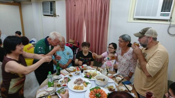 台裔美籍的Donna女士今天到母親的故鄉蘇澳尋親,與在台親友相見歡。(Donna親人提供)