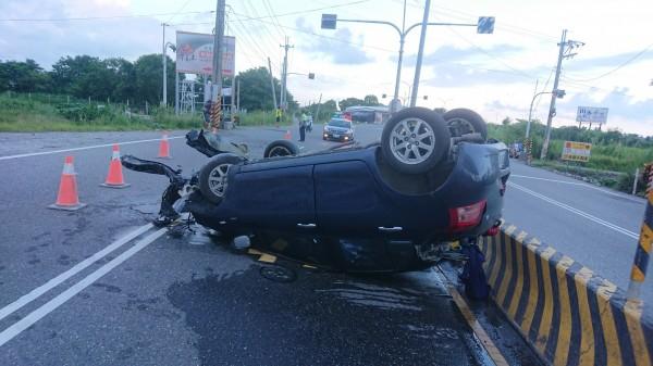 自小客車自撞後,駕駛自行脫困,送醫時意識清楚。(記者王秀亭翻攝)