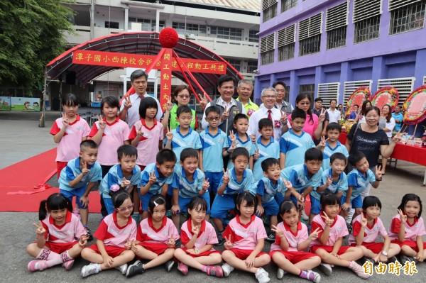 潭子國小西棟校舍拆除重建,市長林佳龍與小朋友開心合影。(記者歐素美攝)