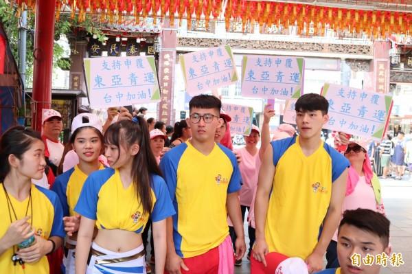「支持申覆東亞青運,台中加油!」文化大學啦啦隊學生舉牌支持台中市政府申覆以恢復舉辦東亞青運。(記者歐素美攝)