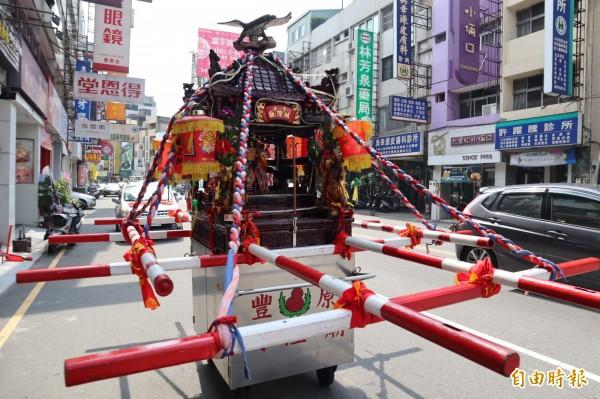 日式神轎是豐原城隍廟的特色。(記者歐素美攝)